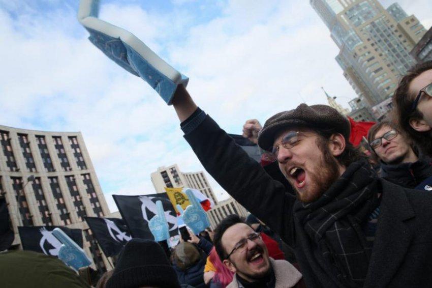 Свободу интернету: в Москве тысячи людей вышли на улицу, протестуя против цензуры в Сети