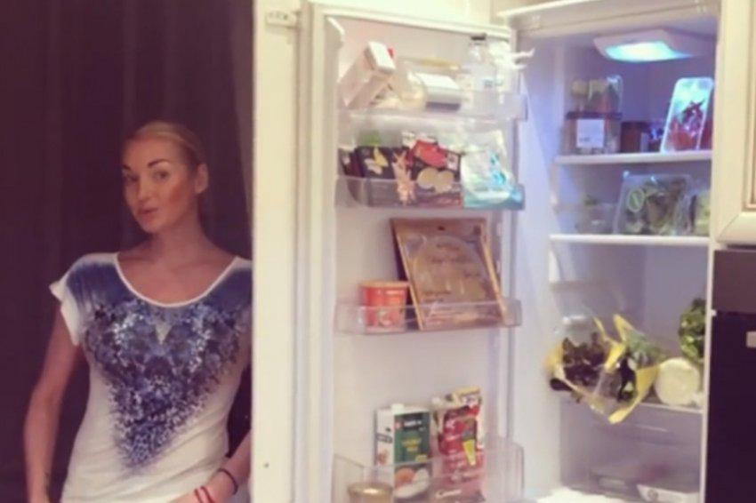 Анастасия Волочкова продемонстрировала содержимое своего холодильника