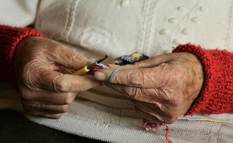 Кто из пенсионеров может получить ежемесячную доплату в 2700 рублей