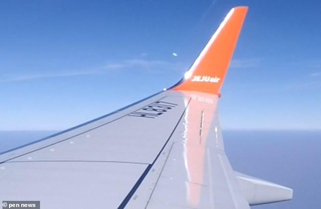 Пассажир самолета снял на видео разделившийся на части НЛО