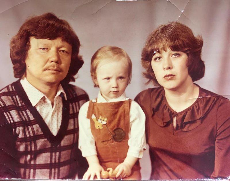 Серьезная блондинка с большими глазами: Альбина Джанабаева поделилась детским фото с родителями