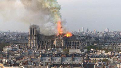 Пожар в соборе Парижской Богоматери: обрушился шпиль здания