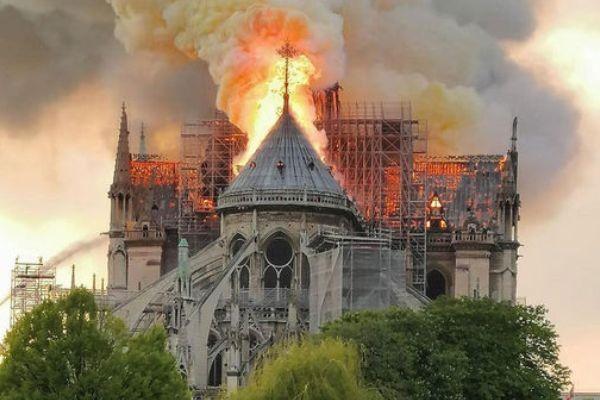 Собор Парижской Богоматери горит: новости сегодня, сгорел Нотр-Дам, что случилось (фото, видео)