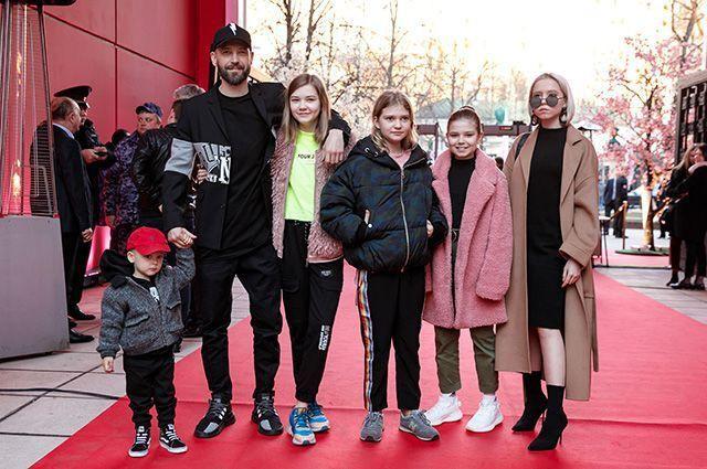 Владимир Кристовский из «Ума Турман» показал «главные достижения за 43 года» - 4 дочки и 1 сын