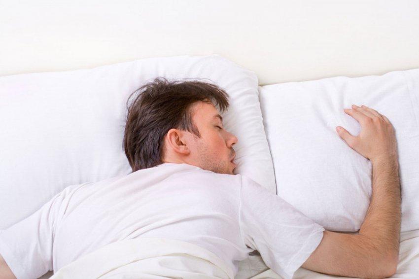 Сон на животе назван самой вредной позой для здоровья
