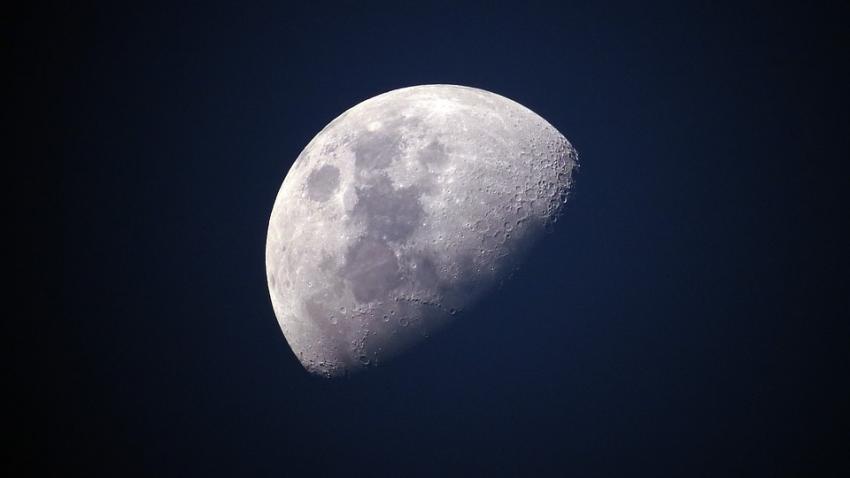 Возле Луны вращается гигантская инопланетная станция