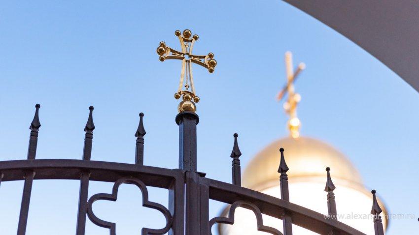 Странное явление засняли очевидцы над храмом в России