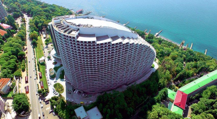 Сочинские жители жалуются на самовольное строительство высотки в завокзальном районе курорта