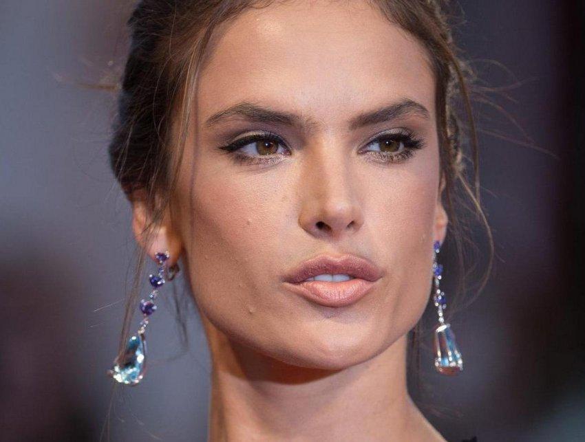 Амбросио, показав лицо без макияжа, призналась, что из-за прыщей чувствует себя, как подросток