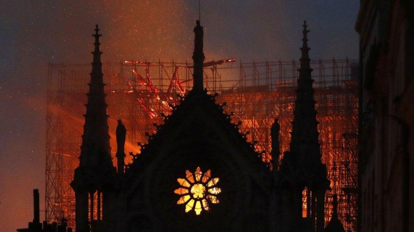 Астролог и военный аналитик высказали свои версии о пожаре в Нотр-Дам де Пари