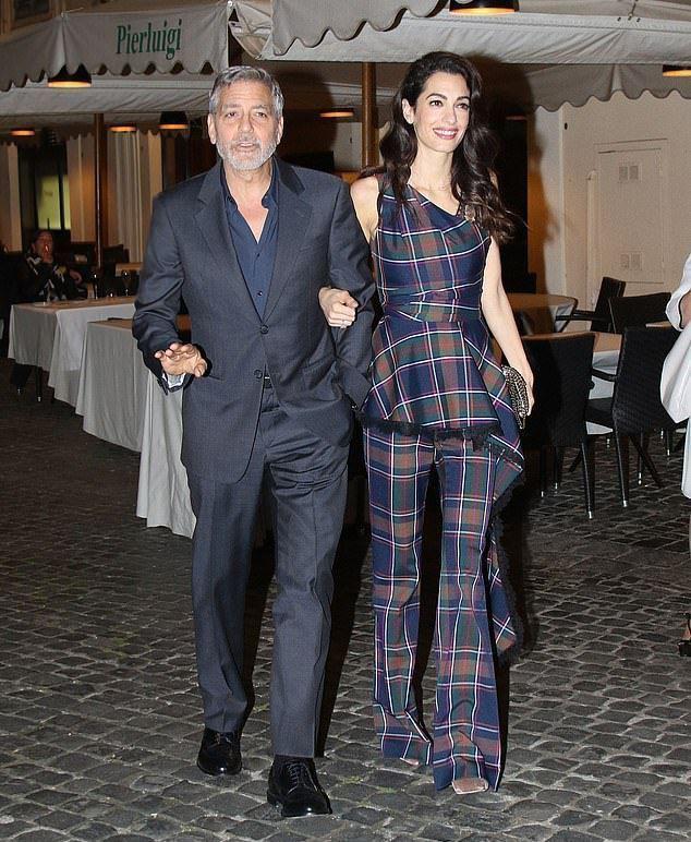 Амаль удерживает перебравшего с алкоголем Джорджа Клуни, который тяжелее на 20 килограмм