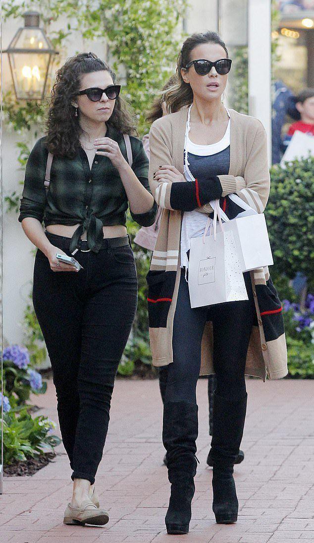Следящая за фигурой 45-летняя Кейт Бекинсейл выглядит заметно стройнее, чем ее 20-летняя дочь
