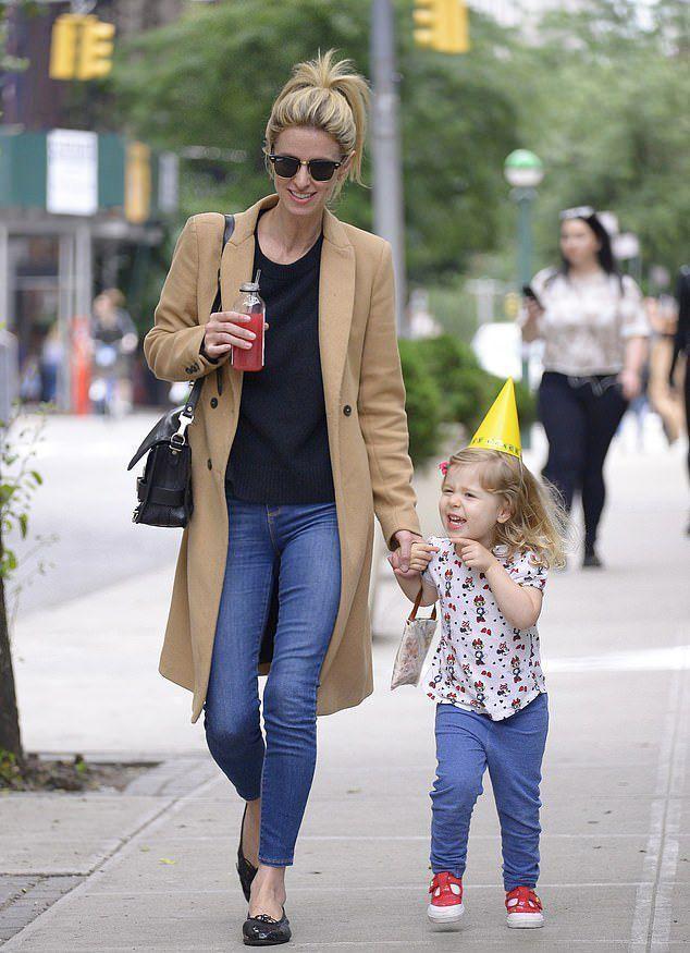 Ники Хилтон перестала скрывать подросшую дочь от папарацци, и девочка - настоящая милашка