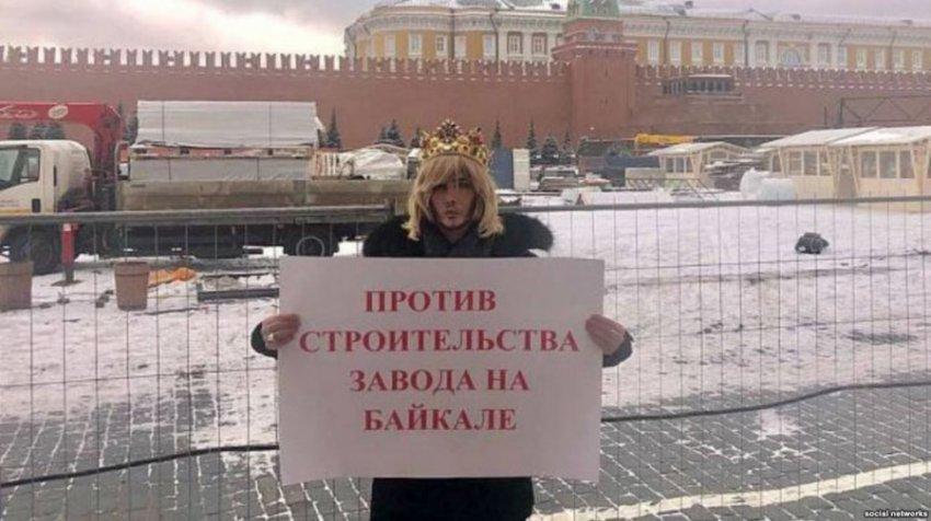 Сергей Зверев, явившийся в суд в короне, получил штраф за пикет в защиту Байкала