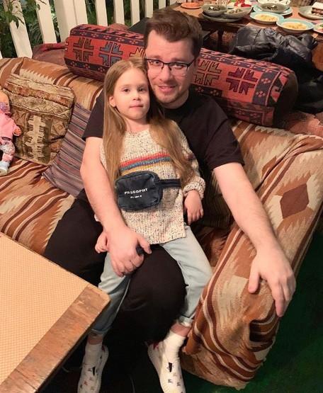 Гардероб 5-летней дочери Кристины Асмус: Босоножки Gucci и футболка Givenchy