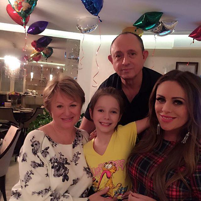 Дочь Юлии Началовой впервые заплакала на людях после смерти матери