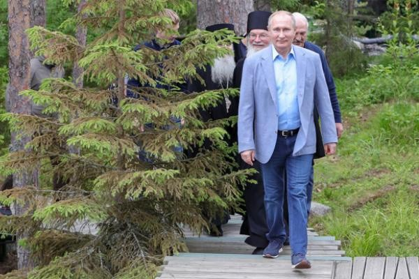 Раскрыта стоимость кроссовок Владимира Путина