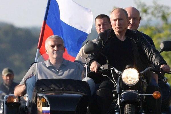 В ГИБДД ответили на призыв оштрафовать Путина за езду без шлема