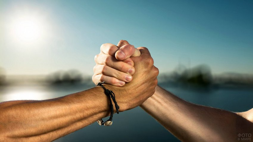 Что рукопожатие мужчины расскажет о его характере?