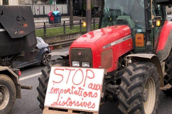 Французские трактористы перерыли подъезды к Парижу