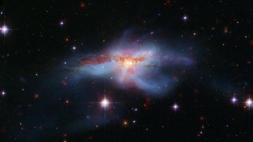 Тройная черная дыра может разорвать галактику NGC 6240