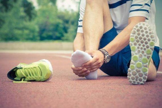 Медики назвали болезни, которые возникают из-за ношения кроссовок