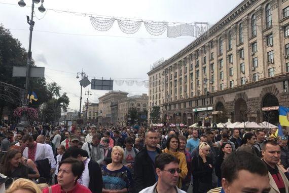 Зеленский хочет упростить получение украинского гражданства беженцам из России