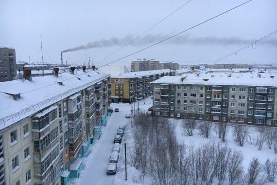 Воркутинец пытался выбраться из квартиры через форточку и замерз насмерть