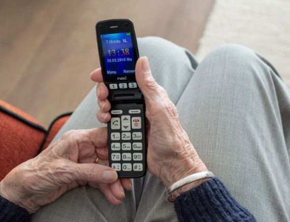 Специалисты назвали преимущества кнопочного телефона перед смартфоном