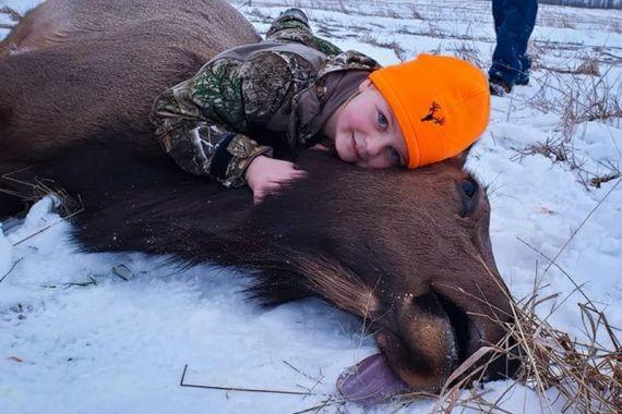 Американец расплакался от радости, когда его 8-летняя дочь застрелила на охоте лося