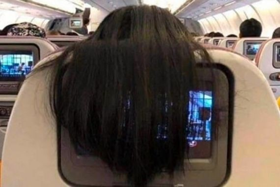 Женщина в самолете закрыла волосами телемонитор соседа и прослыла мерзкой и невоспитанной