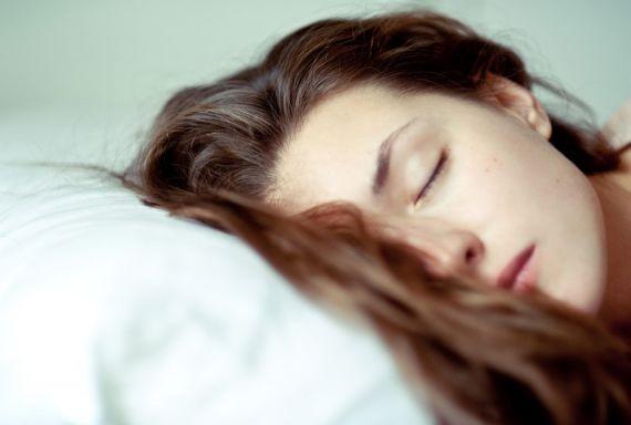 Эксперты заявили о вреде мытья волос перед сном из-за грибковой инфекции