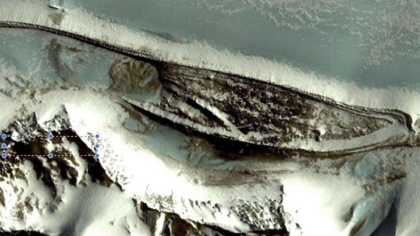 В Антарктиде обнаружили древнюю стену и два огромных здания