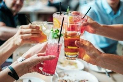 Стоматолог рассказала, как алкоголь влияет на зубы
