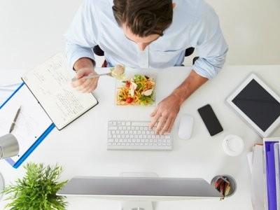 Диетолог рассказала о правилах питания для работающих в офисе