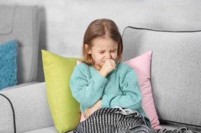 Педиатр рассказала, что делать родителям, если у ребенка нервный кашель