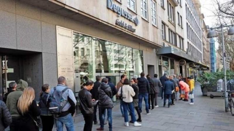 Образовались огромные очереди: жители Германии массово скупают золото