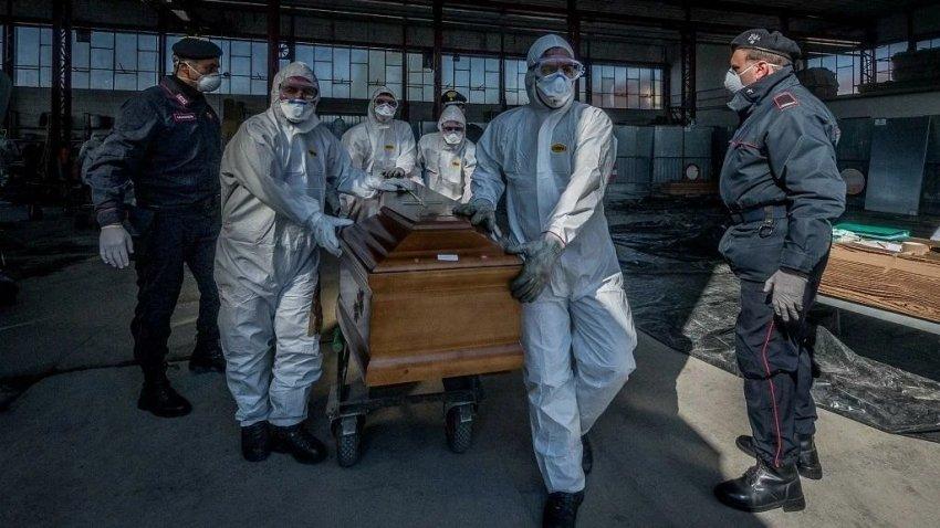 Ученые не могут объяснить, почему от коронавируса чаще умирают мужчины