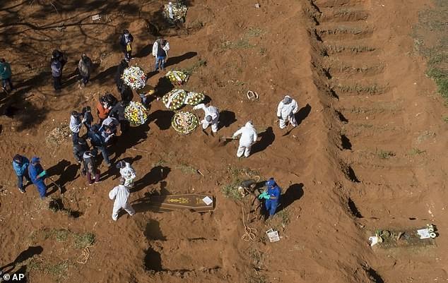Бразильские могильщики раскапывают чужие могилы для погибших от коронавируса