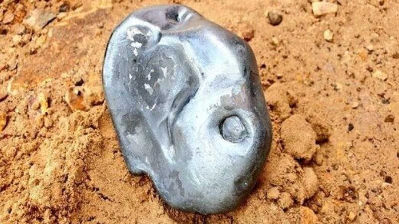 В Индии с неба упал странный объект: в Сети появились фото и видео