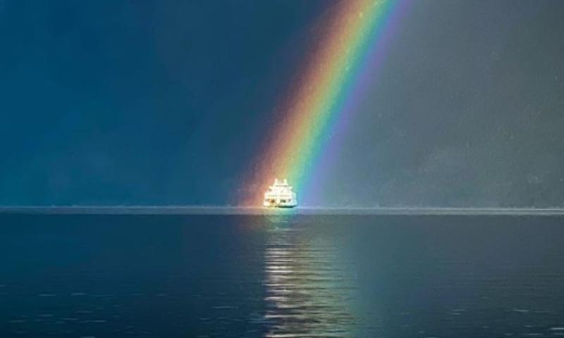 Удивительное фото: мужчина запечатлел плывущий в радуге корабль