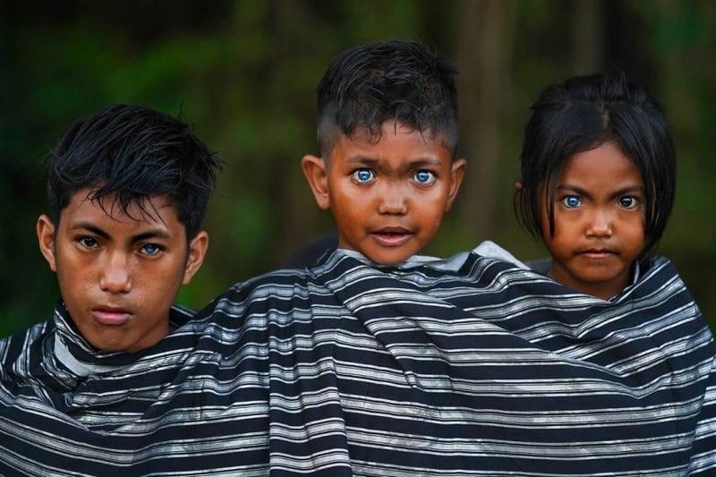 У жителей острова Бутон глаза светятся аномальным синим цветом