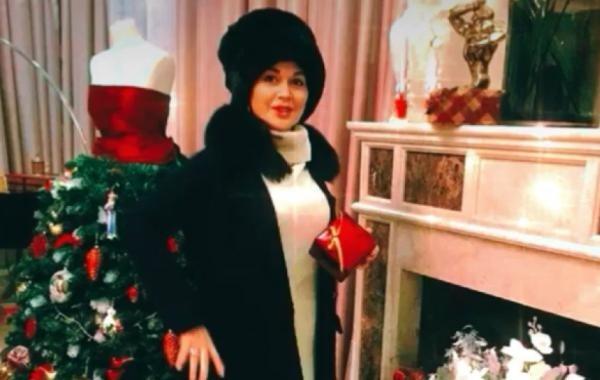 Опубликованы редкие фото Анастасии Заворотнюк у новогодней елки