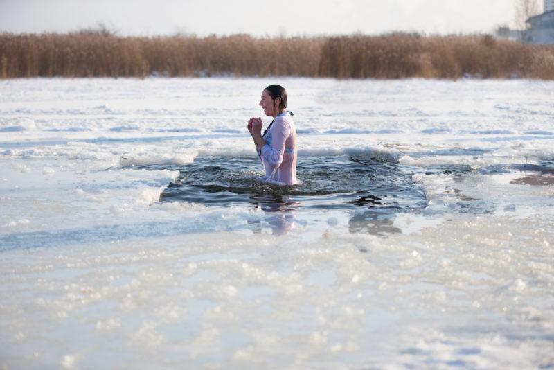 Как правильно искупаться в проруби в Крещенье и не заболеть