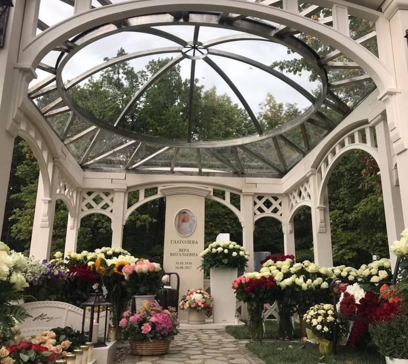 Памятник Вере Глаголевой на Троекуровском кладбище стал объектом обсуждения в обществе