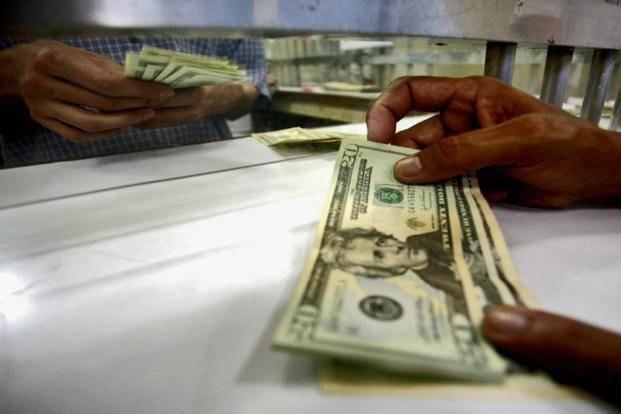 Россияне сняли валюты со вкладов на 28 млрд долларов за 2020 год