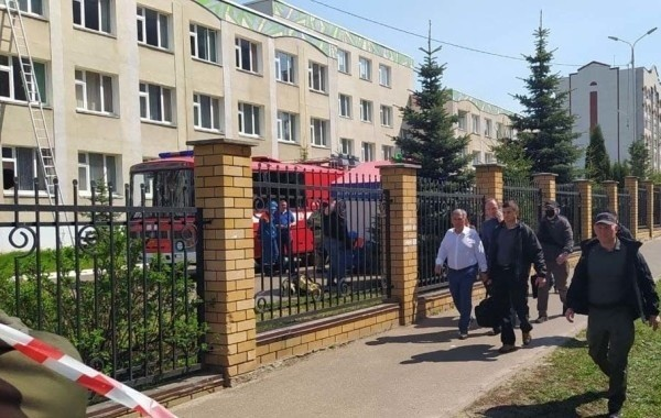 Вахтера, который пострадал при стрельбе в казанской школе, перевезли в военный госпиталь