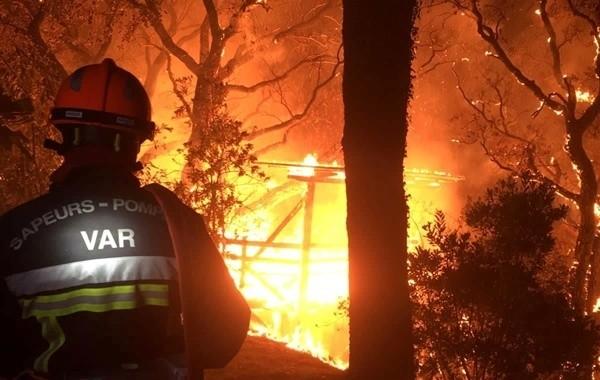 Во Франции в результате лесных пожаров погибли два человека
