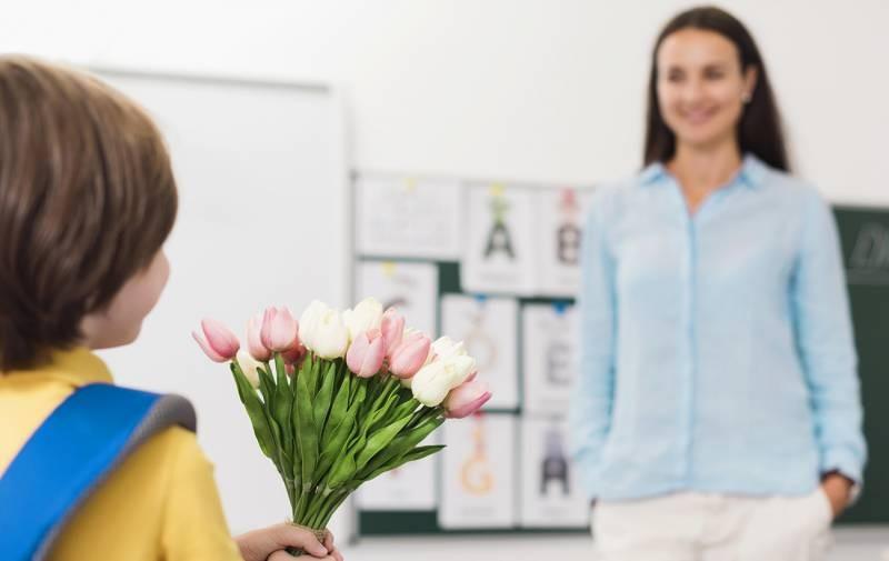 День учителя в 2021 году будут отмечать во всех российских школах с большим теплом